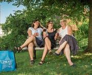 Mit Jubiläumsglas (von links): Karin Bienz, Barbara Togni und Janin Bieri. (Bild: Boris Bürgisser (Ballwil, 6. Juli 2017))