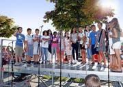 Die Mädchen und Buben vom Schulhaus Guthirt (Bild oben) begrüssen die Besucher zur Einweihung des «Ship oft Tolerance» (im Bild unten). (Bilder Stefan Kaiser)
