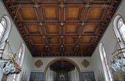 Schwer und filigran zugleich: Die Kassettendecke in der Kirche St. Vitus in Morgarten überspannt den gesamten Raum. Die einzelnen Kassetten wirken durch ihre Tiefe.