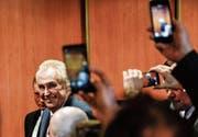 Der wiedergewählte tschechische Präsident Miloš Zeman nach der Bekanntgabe der Wahlergebnisse am Samstag in Prag. (Bild: Filip Singer/EPA)