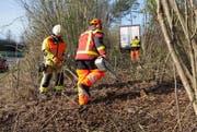 Einsatzkräfte bei den Bergungsarbeiten. (Bild: Freiwillige Feuerwehr Zug (Baar, 30. März 2017))