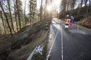 An der Renggstrasse zwischen Schachen und Entlebuch rutschte auf rund 20 Meter Länge das Strassenbord weg. (Bild: Manuela Jans-Koch/LZ)