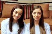 Nach gemeinsamer Schminkstunde. Niamh vom TwinStrangers-Projekt (rechts) lernte mit Karen eine verblüffende Doppelgängerin kennen. (Bild: Screenshot twinstrangers.com)