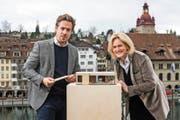Offenbar in Luzern bereits gut vernetzt: Der künftige Intendant Benedikt von Peter präsentiert die Box mit der neuen Stiftungsratspräsidentin Birgit Aufterbeck. (Bild: Luzerner Theater/Ingo Höhn)
