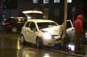 Das Auto wurde beim Aufprall stark beschädigt. (Bild: Leserreporter)