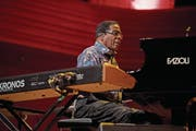 Der Jazz-Pianist und Komponist Herbie Hancock bei seinem Auftritt im KKL Luzern. (Bild: Corinne Glanzmann (Luzern, 27. November 2017))
