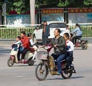 Auf Chinas Strassen fährt man immer häufiger mit Elektromotoren. (Bild: Stephen J. Boitano/Getty (Shenzhen, 19. Dezember 2016))