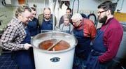 Freddy Niklaus (links) von der Brauerei Einhorn beschreibt den Teilnehmern den Brauprozess. (Bild: Stefan Kaiser (Hünenberg, 24. Februar 2018))