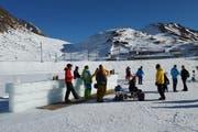 Auch eine Bar finden Besucher beim gefrorenen Oberalpsee vor. . (Bild: pd)