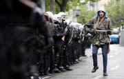 Die Polizei riegelt nach dem traditionellen 1.-Mai-Umzug in Zürich den Helvetiaplatz ab. (Bild: Keystone/Ennio Leanza)