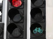 Trotz Rotlicht sollen Velofahrer künftig rechts abbiegen dürfen: Das und mehr schreiben die Sonntagszeitungen. (Archivbild) (Bild: KEYSTONE/GAETAN BALLY)
