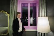 Die Innenansicht: Mike Hauser, Mitbesitzer des «Schweizerhofs», vor einem der beleuchteten Fenster. (Bild: Pius Amrein (Luzern, 30. August 2016))