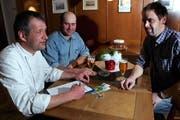 Die Legoren sammeln erfolgreich: Daniel Kühne (links) gibt Josef Henggeler und Alois Rogenmoser (rechts) eine Spende. (Bild Werner Schelbert/Neue ZZ)