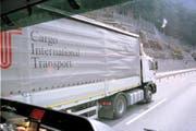 Nach einer ersten Kontrolle stellten die Beamten nur fest, dass der Anhänger des Lastwagens zu hoch war. (Symbolbild Neue LZ)