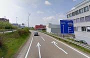 Hier bei der Autobahnausfahrt in Pfäffikon ereignete sich der Unfall. (Bild: Maps Google)