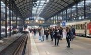 Pendler warten am Bahnhof Luzern auf ihren Zug. (Bild: Leserbild: Martin Medic (Luzern, 7. November 2017))
