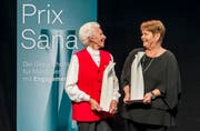 Die beiden Gewinnerinen Ursula Tarnutzer und Regine Schlaginhaufen bei der Verleihung des Prix Sana 2017 in Luzern. (Bild: Thomas Hodel/PD)