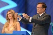 Fifa-Generalsekretär Jérôme Valcke zieht das Los mit der Schweiz, im Hintergrund Moderatorin Fernanda Lima. (Bild: Keystone)