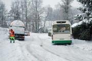 Im Gebiet Tannegg kam der Bus auf schneebedeckter Strasse ins Rutschen. (Bild: Luzerner Polizei)