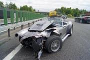 Der Roadster wurde beim Aufprall stak beschädigt. (Bild: Zuger Polizei)