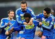 Luzerner Jubel nach dem 1:0 (von links): Renggli, Zverotic, Torschütze Tchouga und Ianu. (Bild EQ)