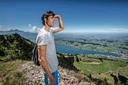 Mario Gyr geniesst die Aussicht von der Rigi, unten liegt Küssnacht. (Bild Pius Amrein)
