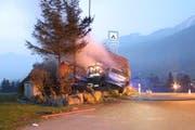 Das Unfallauto blieb im Felsen stecken. (Bild: Kapo Schwyz)