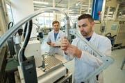 Ramon Banz (links) und Stevan Lazarevic der Schurter AG bei der Kontrolle von Produkten. (Bild: Dominik Wunderli / Archiv Neue LZ)
