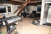 Die Schäden des Feuers in der obersten Wohnung sind deutlich sichtbar. (Bild: Kantonspolizei Schwyz)