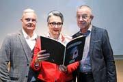 Zum Lesen bereit: das Zuger Neujahrsblatt 2017 mit Irène Castell-Bachmann, Miles Peyer (links) und Dieter Müller. Bild: Werner Schelbert (24. November 2016)