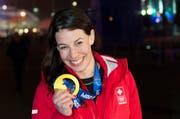 Dominique Gisin strahlt mit Olympiagold in Sotschi. (Bild: Keystone)
