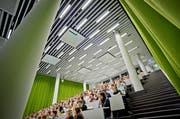 Studenten im Hörsaal an der Universität Luzern. (Bild: Pius Amrein, 30. Juni 2017)