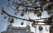Die Römer haben ihrem Weihnachtsbaum den Schmähnamen «gerupftes Huhn» verpasst. (Bild: Massimo Percossi/EPA (19. Dezember 2017))