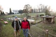 Hier beim Kleintiergehege hinter der Emmer Mooshüsli-Badi wollen Raphael Beck (links) und Daniel Burch den Spielplatz realisieren. (Bild: Manuela Jans / Neue LZ)