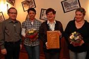 Präsident Hans-Ruedi Zgraggen mit dem neuen A-Mitglied Viola Ammann, Ehrenmitglied Rosy Gnos und Irma Méroz, die zeitweilig die Schützenwirtschaft übernimmt. (Bild Gerog Epp/Neue UZ)