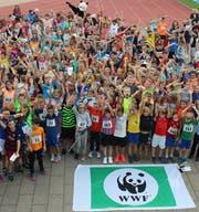 Nach dem Lauf freuen sich die kleinen LäuferInnen über ihr Ergebnis: 1956 km in einer Stunde. (Bild: WWF Zentralschweiz)