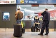 Der Euro kostet für Schweizer wieder mehr: Wechselschalter am Zürcher Flughafen. (Bild: Ennio Leanza/Keystone (16. Januar 2015))
