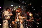Moderator David Roth (links) gratuliert der Siegerband Dans la Tente für den Gewinn des Kick Ass Awards von Radio 3fach. (Bild Manuela Jans/Neue LZ)