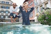 Die Brüder Morris (links) und Lior Etter, Initianten von Wasser für Wasser, im Weinmarktbrunnen. (Bild: Eveline Beerkircher (Luzern, 4. Juli 2017))