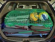 So wird richtig gepackt: Die Ladung wird in diesem Beispiel mit einem Netz gesichert. (Bild: Zuger Polizei)
