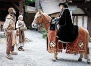 So zeigte SRF in der Dok-Reihe «Die Schweizer» Werner von Homberg (gespielt von Thomas Mathys), der die Nähe zu den Schwyzern suchte. Links Stauffacher und seine Frau. (Bild SRF)