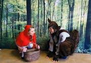 Rotkäppchen trifft im Wald auf das Eichhörnchen. (Bild: PD)