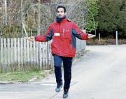 Am Mittwoch hüpfte Amir Kazemi für den guten Zweck auch über den Unterbrüglenweg in Baar. (Bild: Werner Schelbert (Baar, 21. März 2018))