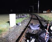 Teile des ausgebrannt Autos blockierten die Bahnstrecke. (Bild: Luzerner Polizei (Ermensee, 28. Juni 2017))