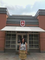 Christina Bürgi Dellsperger vor dem Eingang der Kanzlei in Ankara. (Bild: PD)
