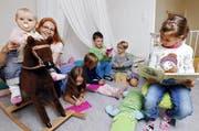 Petra Infanger (2. von links) ist eine der vielen Mitarbeiterinnen und Mitarbeiter, die sich bei Kindline um den Nachwuchs sorgen. (Bild Werner Schelbert)