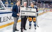 Der EVZ-Captain Raphael Diaz (rechts) und Florian Zimmermann (links) übergeben Josef Mathis von der Stiftung Eishockey-Nachwuchsförderung Innerschweiz einen Check über 1 (Bild: PD)