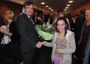 Liliana Gomes Ferreira, erhält als 11'111. Besucherin von Daniel Gloor, Vizepräsident des Musik- und Theatergesellschaft, einen Blumenstrauss. (Bild: PD)