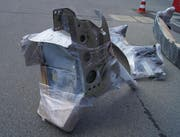 Mehrere Ersatzteile waren unter das Reisegepäck gemischt. (Bild: Zuger Polizei)