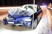 Das eine der beiden Fahrzeuge, die am Sonntag auf der Autobahn A2 auf schneebedeckter Fahrbahn verunfallten. (Bild: Kantonspolizei Nidwalden)